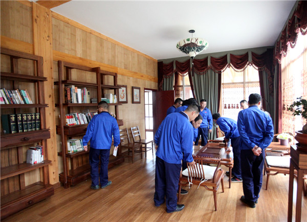 工人代表参观卓达集团自主研发建造的竹钢别墅及竹钢,木钢家具