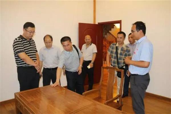 考察团参观卓达自主研发的竹钢别墅,对竹钢,木钢产品赞不绝口