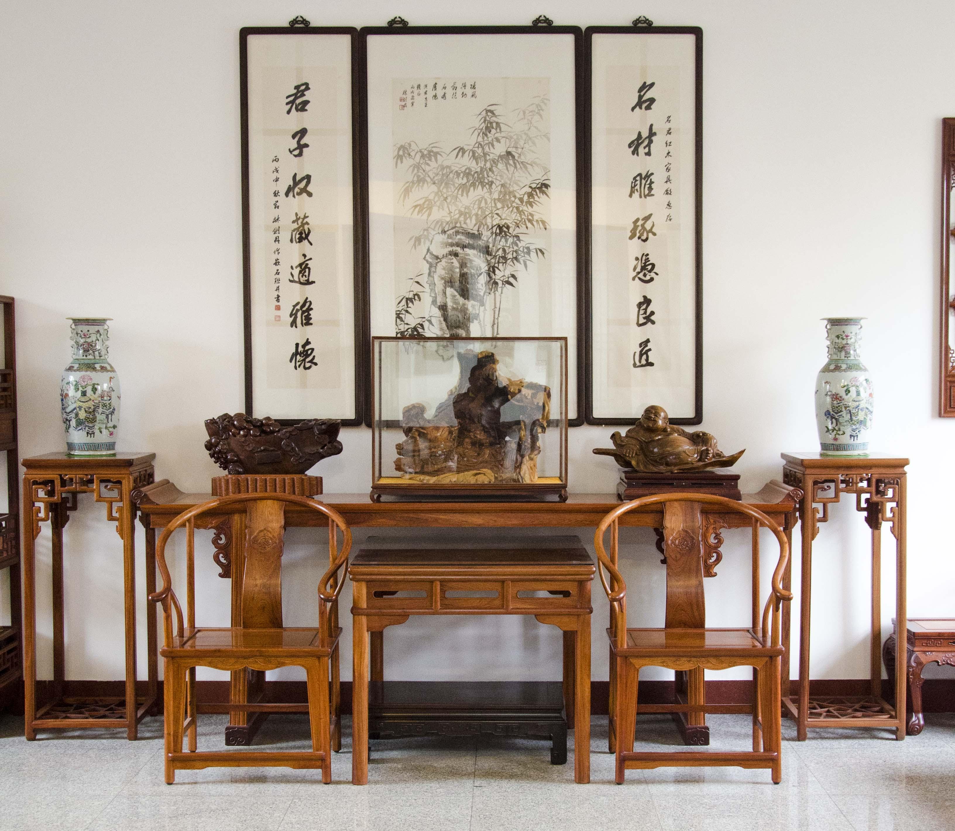 把明清样式的红木家具与具有收藏价值的红木艺术品结合,使得红木家具